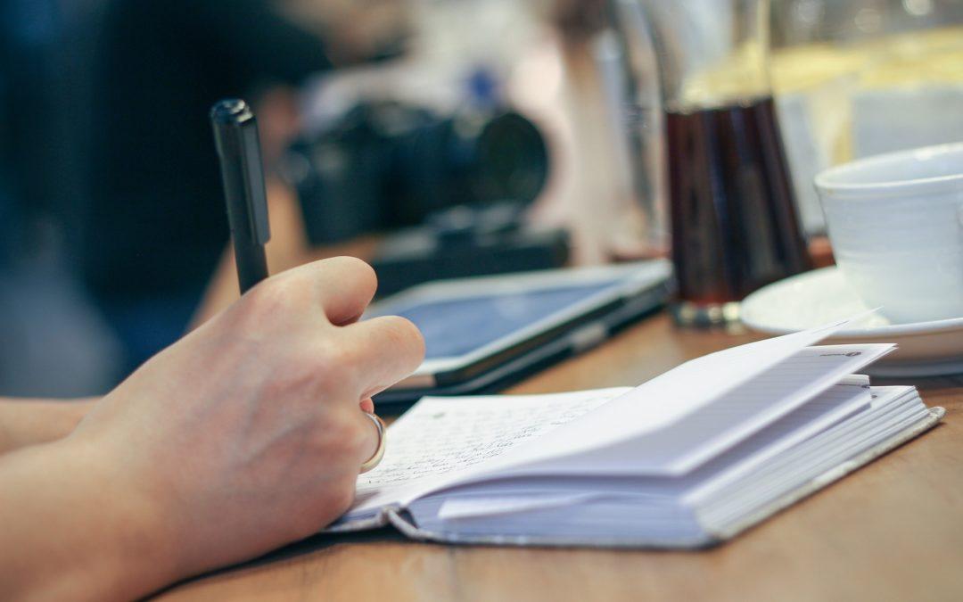 accueillir les journalistes dans les locaux de l'ASBL